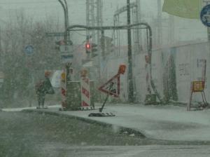 6.12.2013: Bouwfonds Refugio Pasing: Radweg blockiert, chaotische Absicherung