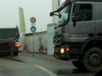 3.2.2014: Bouwfonds Refugio Pasing: Radweg blockiert von zwei Lkws