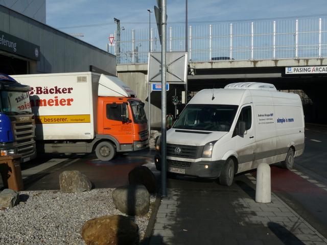21.12.2013: Pasing Arcaden: Geh- und Radweg blockiert