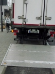 9.5.2014: Pasing Arcaden: Lkw blockiert Radweg mit abgesenkter Ladebordwand