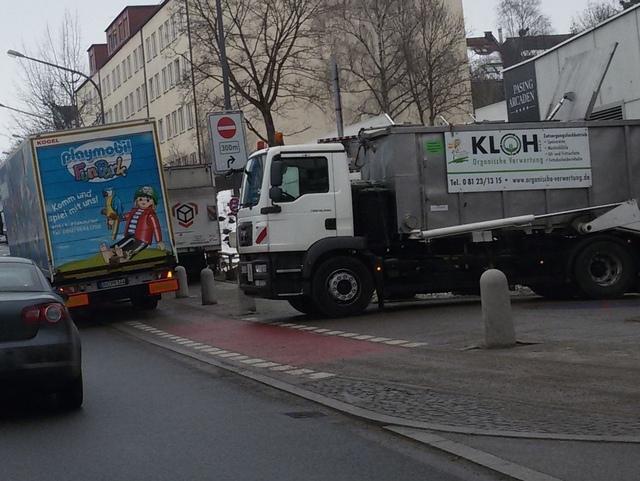 11.2.2015: Pasing Arcaden: Drei Lkws blockieren Rad- und Gehweg