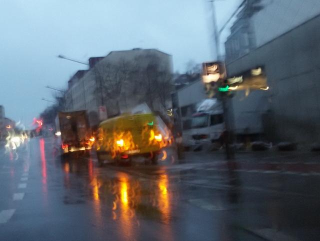 30.3.2015: Pasing Arcaden: Zwei Lkws blockieren Radweg